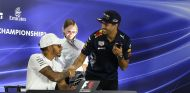 Lewis Hamilton y Daniel Ricciardo en Yas Marina - SoyMotor.com