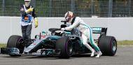 Lewis Hamilton empuja su Mercedes en Alemania - SoyMotor