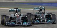 Lewis Hamilton combate contra Nico Rosberg en la noche de Baréin - LaF1