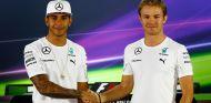 Lewis Hamilton y Nico Rosberg, hoy en Abu Dabi - LaF1
