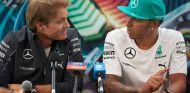 Nico Rosberg, junto a Lewis Hamilton antes del Gran Premio de Malasia - LaF1
