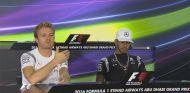 Nico Rosberg y Lewis Hamilton, ayer en la rueda de prensa de la FIA - LaF1