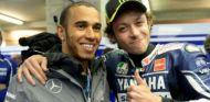 Lewis Hamilton y Valentino Rossi - SoyMotor
