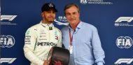 Lewis Hamilton recibe el premio a la vuelta rápida de la mano de Carlos Sainz - SoyMotor.com