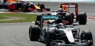 Hamilton delante de Ricciardo y Verstappen durante una carrera este año - SoyMotor