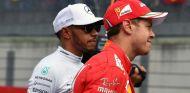 Hamilton y Vettel durante un GP esta temporada - SoyMotor.com