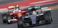 Sebastian Vettel y Lewis Hamilton durante los test de pretemporada - LaF1