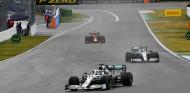 Los pilotos se quejan del pilotaje lento de Hamilton bajo el coche de seguridad - SoyMotor.com