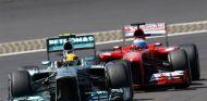 Lewis Hamilton se defiende de Fernando Alonso en Alemania - LaF1
