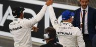Lewis Hamilton y Valtteri Bottas celebran la Pole en Abu Dabi 2017 –SoyMotor.com