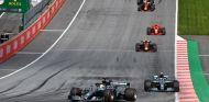 Lewis Hamilton delante de Valtteri Bottas – SoyMotor.com