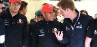 Lewis Hamilton charla con el príncipe Harry en 2012 – SoyMotor.com