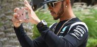 Lewis Hamilton, con su móvil en Baréin – SoyMotor.com