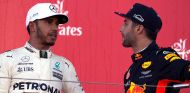Lewis Hamilton (izq.) con Daniel Ricciardo (der.) –SoyMotor.com