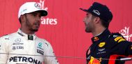 Lewis Hamilton (izq.) junto a Daniel Ricciardo (der.) – SoyMotor.com