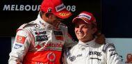 Lewis Hamilton (izq.) junto a Nico Rosberg (der.) en el podio de Australia 2008 – SoyMotor.com