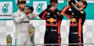 Lewis Hamilton (izq.), Max Verstappen (centro) y Daniel Ricciardo (der.) –SoyMotor.com