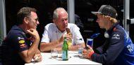 Brendon Hartley (der.), Helmut Marko (centro) y Christian Horner (izq.) - SoyMotor.com