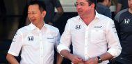 Yusuke Hasegawa y Éric Boullier en Yas Marina - SoyMotor.com