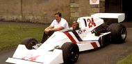 James Hunt al volante del Hesketh 308, con Lord Hesketh a su lado - LaF1