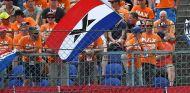 Aficionados con la bandera de Holanda - SoyMotor.com