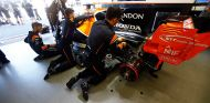 Mecánicos trabajando en el coche de Fernando Alonso - SoyMotor