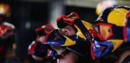 Mecánicos de Red Bull durante el Gran Premio de Brasil - LaF1