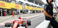 Christian Horner, con Sebastian Vettel a su espalda en Suzuka - SoyMotor.com