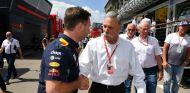 Horner y Chase Carey durante un GP esta temporada - SoyMotor.com