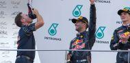 Christian Horner y Daniel Ricciardo en Sepang - SoyMotor.com