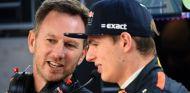 Horner y Max Verstappen durante un GP esta temporada - SoyMotor.com