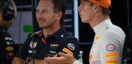 Horner y Verstappen durante un GP esta temporada - SoyMotor.com