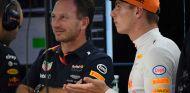 Christian Horner y Max Verstappen en Sepang - SoyMotor.com
