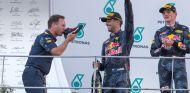 Christian Horner (izq.), Daniel Ricciardo (centro) y Max Verstappen (der.) – SoyMotor.com