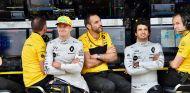 Nico Hülkenberg, Cyril Abiteboul y Carlos Sainz en Paul Ricard - SoyMotor.com
