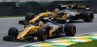 Hülkenberg y Sainz durante el GP de Brasil 2017 - SoyMotor.com