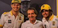 Nico Hülkenberg, Alain Prost y Carlos Sainz en Yas Marina - SoyMotor.com