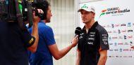 Nico Hülkenberg atendiendo a la prensa en el circuito de Marina Bay - LaF1