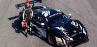 Ilott posa frente al Ferrari con el que competirá en el GT World Challenge Europe - SoyMotor.com