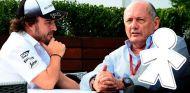 Fernando Alonso junto a Ron Dennis en 2015 - SoyMotor