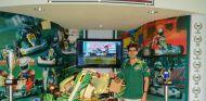 Jaime Alguersuari junto a un kart del equipo Tony Kart