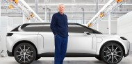 James Dyson con su prototipo - SoyMotor.com