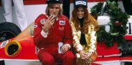 James Hunt reposa sentado sobre el McLaren M26 - LaF1
