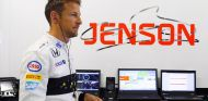 Jenson Button en su box - LaF1