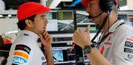 Sergio Pérez y Jenson Button en el paddock de Monza - LaF1