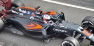 Jenson Button con el MP4-31 en los tests del Circuit de Barcelona-Catalunya - LaF1