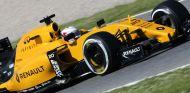 Kevin Magnussen a los mandos del RS16 en Barcelona - LaF1