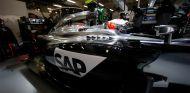 Kevin Magnussen y su MP4-29 en el box de McLaren en China - LaF1