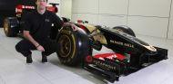 Joylon Palmer posando con el Lotus a su lado - LaF1.es