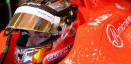 Jules Bianchi en el box de Marussia